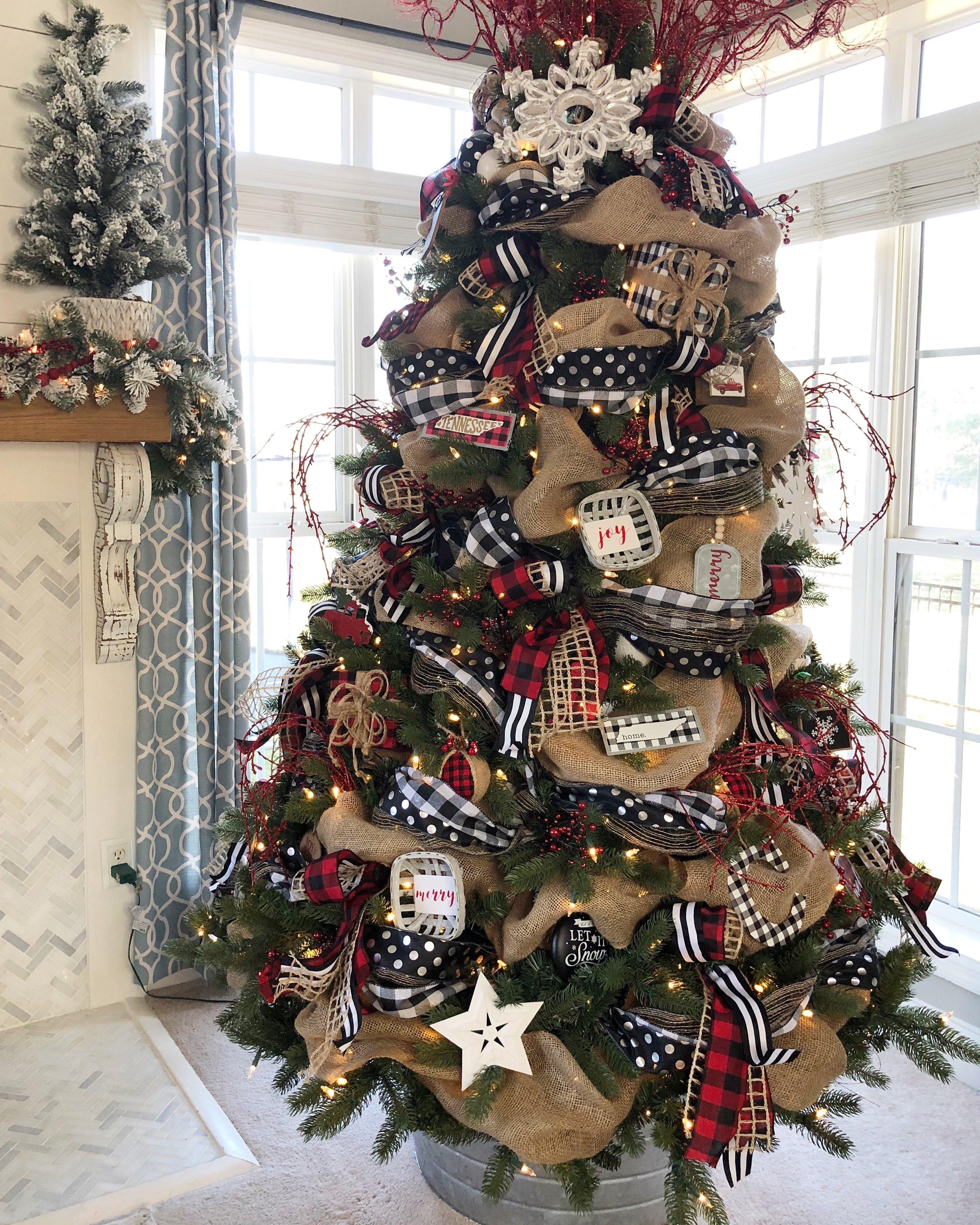 Buffalo Check Christmas Tree Decor.Buffalo Check Christmas Tree Decorated With Ribbon
