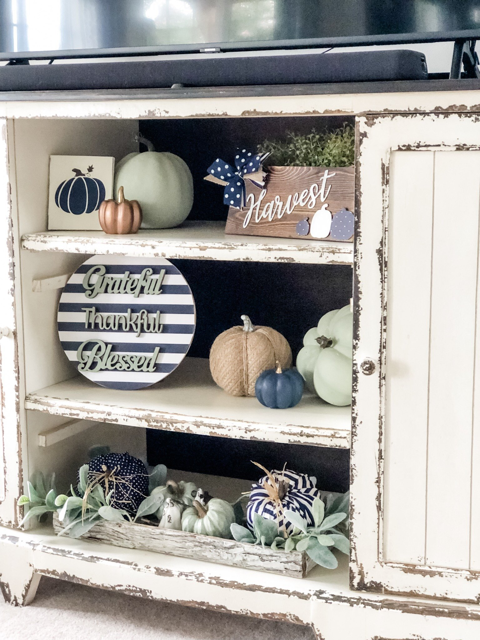 Fall living room ideas using navy, copper and sage green decor!
